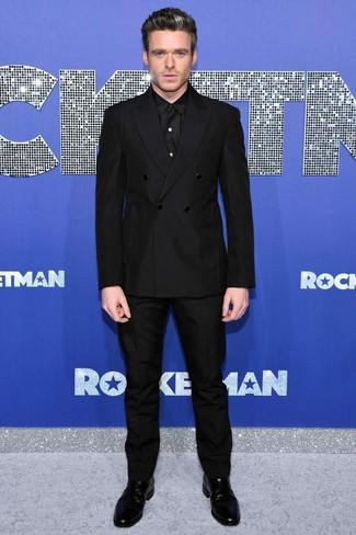 Cómo combinar: botines chelsea de cuero negros, pantalón de vestir negro, camisa de vestir negra, blazer cruzado negro