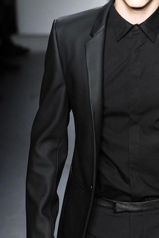 Cómo combinar: pantalón de vestir negro, camisa de vestir negra, blazer de cuero negro