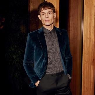 Cómo combinar: reloj de cuero negro, pantalón de vestir negro, camisa de vestir de paisley negra, blazer de terciopelo en verde azulado