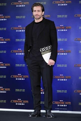 Cómo combinar: botines chelsea de cuero negros, pantalón de vestir negro, camiseta con cuello circular azul marino, blazer estampado en negro y blanco