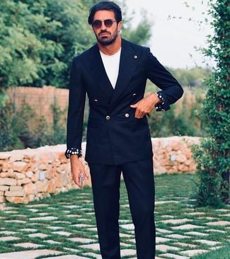 Cómo combinar: gafas de sol en marrón oscuro, pantalón de vestir negro, camiseta con cuello circular blanca, blazer cruzado negro