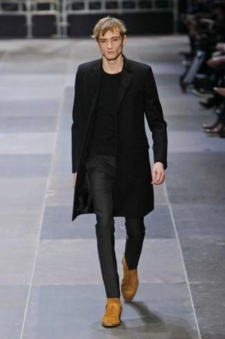 Cómo combinar: botas camperas de ante marrón claro, pantalón de vestir negro, camiseta con cuello circular negra, abrigo largo negro