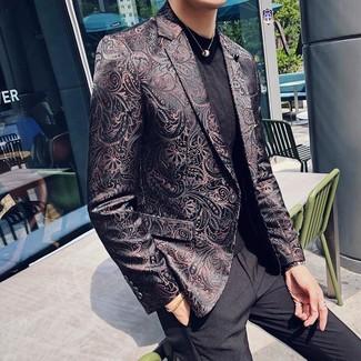Cómo combinar: pantalón de vestir negro, camiseta con cuello circular negra, blazer de brocado negro