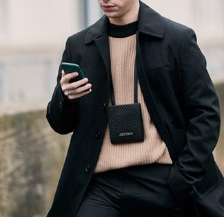 Cómo combinar: monedero para el cuello negro, pantalón de vestir negro, jersey con cuello circular marrón claro, abrigo largo negro