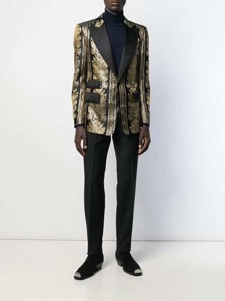 Cómo combinar: botines chelsea de ante negros, pantalón de vestir negro, jersey de cuello alto azul marino, blazer de brocado dorado