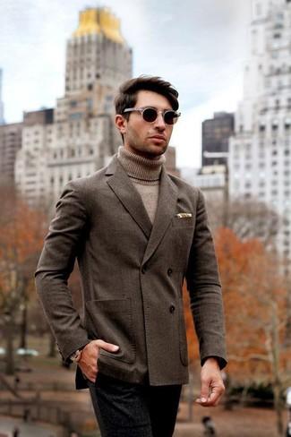 Cómo combinar: gafas de sol en marrón oscuro, pantalón de vestir de lana negro, jersey de cuello alto marrón claro, blazer cruzado en marrón oscuro