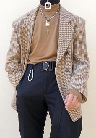 Cómo combinar: correa de lona negra, pantalón de vestir negro, jersey de cuello alto marrón claro, blazer cruzado a cuadros marrón claro