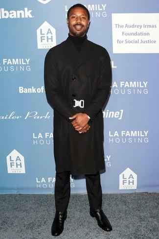 Cómo combinar: botines chelsea de cuero negros, pantalón de vestir negro, jersey de cuello alto negro, abrigo largo negro
