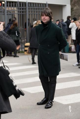 Cómo combinar: zapatos con doble hebilla de cuero negros, pantalón de vestir negro, jersey de cuello alto negro, abrigo largo verde oscuro