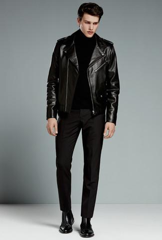 Cómo combinar: botines chelsea de cuero negros, pantalón de vestir negro, jersey de cuello alto negro, chaqueta motera de cuero negra