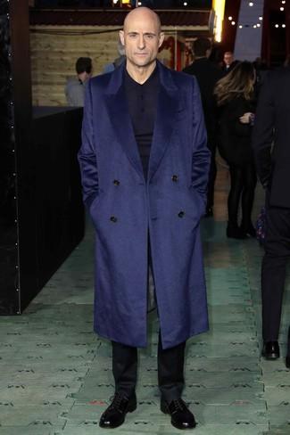 Cómo combinar: zapatos derby de cuero negros, pantalón de vestir negro, polo de manga larga azul marino, abrigo largo azul marino