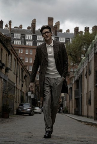 Combinar un pantalón de vestir a cuadros gris: Emparejar un abrigo largo de tartán en gris oscuro con un pantalón de vestir a cuadros gris es una opción buena para una apariencia clásica y refinada. Zapatos derby de cuero negros son una opción atractiva para complementar tu atuendo.