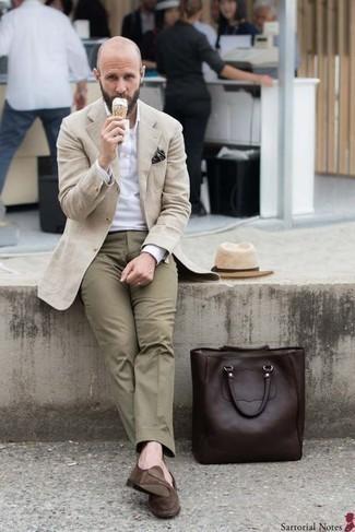 Combinar un sombrero de paja en beige: Para un atuendo tan cómodo como tu sillón ponte un abrigo largo en beige y un sombrero de paja en beige. ¿Te sientes valiente? Opta por un par de mocasín de ante marrón.
