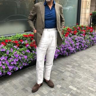 Cómo combinar: mocasín de ante en marrón oscuro, pantalón de vestir de lino blanco, polo de manga larga azul marino, blazer de lino marrón