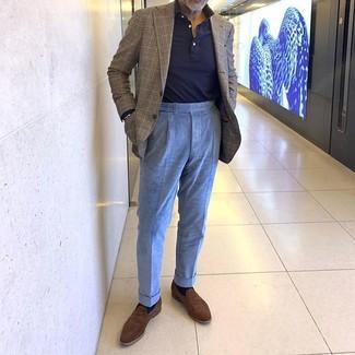 Cómo combinar: mocasín de ante marrón, pantalón de vestir de pana celeste, polo de manga larga azul marino, blazer de tartán marrón