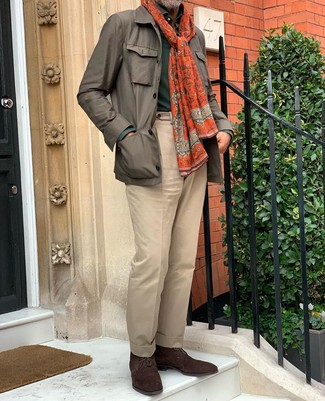 Combinar un polo de manga larga verde oscuro: Elige un polo de manga larga verde oscuro y un pantalón de vestir marrón claro para una apariencia clásica y elegante. ¿Quieres elegir un zapato informal? Usa un par de botas safari de ante en marrón oscuro para el día.