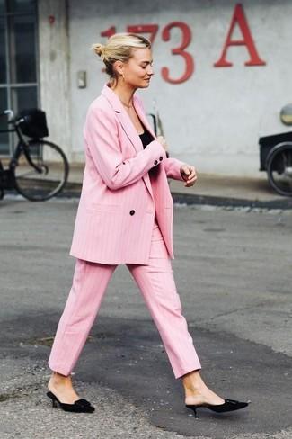 Cómo combinar: chinelas de ante negras, pantalón de vestir rosado, camiseta sin manga negra, blazer cruzado rosado