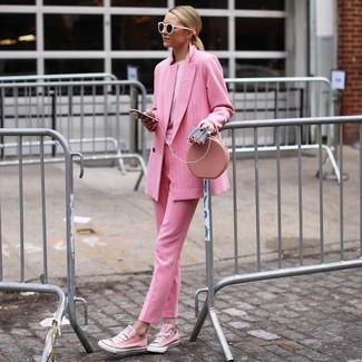 Cómo combinar: tenis de lona rosados, pantalón de vestir rosado, sudadera rosada, blazer cruzado rosado