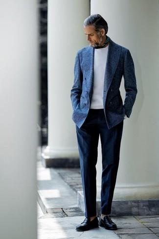 Cómo combinar: mocasín de cuero negro, pantalón de vestir azul marino, sudadera blanca, blazer cruzado de lana azul marino