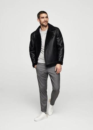 Cómo combinar: tenis de cuero blancos, pantalón de vestir gris, sudadera gris, chaqueta de piel de oveja negra