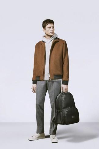 Cómo combinar: tenis en beige, pantalón de vestir de lana gris, sudadera con capucha de punto en beige, cazadora harrington de lana marrón