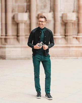 Cómo combinar: tenis de cuero negros, pantalón de vestir verde, jersey de cuello alto verde, cazadora de aviador negra
