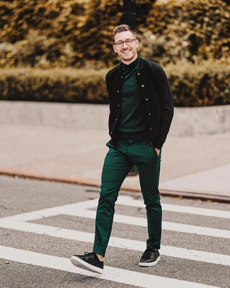 Cómo combinar: tenis de cuero negros, pantalón de vestir verde, jersey de cuello alto verde oscuro, cazadora de aviador negra