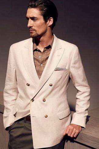 Combinar un blazer cruzado en beige: Emparejar un blazer cruzado en beige con un pantalón de vestir verde oliva es una opción práctica para una apariencia clásica y refinada.