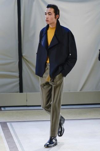 Cómo combinar: botines chelsea de cuero negros, pantalón de vestir verde oliva, jersey de cuello alto naranja, chaquetón azul marino