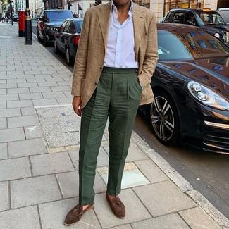 Combinar un pantalón de vestir verde oscuro: Haz de un blazer de tartán marrón claro y un pantalón de vestir verde oscuro tu atuendo para un perfil clásico y refinado. Mocasín con borlas de ante en marrón oscuro son una opción práctica para complementar tu atuendo.