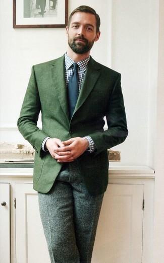 Cómo combinar: corbata azul marino, pantalón de vestir de lana verde oscuro, camisa de vestir de cuadro vichy en blanco y azul marino, blazer verde oscuro