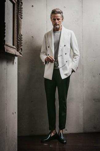 Cómo combinar: mocasín de cuero verde oscuro, pantalón de vestir verde oscuro, jersey con cuello circular gris, blazer cruzado blanco