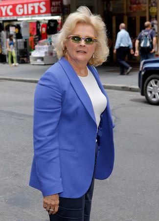 Combinar una camiseta con cuello circular blanca: Utiliza una camiseta con cuello circular blanca y unos pantalones anchos de seda azul marino para crear una apariencia elegante y glamurosa.