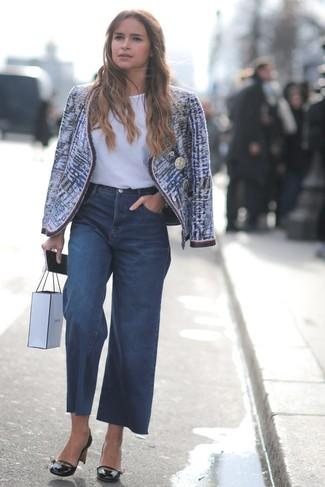 Cómo combinar: zapatos de tacón de cuero negros, pantalones anchos vaqueros azul marino, camiseta con cuello circular blanca, chaqueta de tweed azul