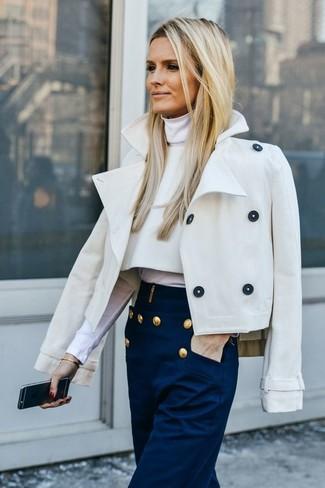 Cómo combinar: pantalones anchos azul marino, jersey de cuello alto blanco, chaquetón en beige
