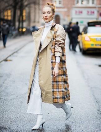 Cómo combinar: botines de cuero blancos, pantalones anchos vaqueros blancos, jersey de cuello alto blanco, gabardina de tartán marrón claro