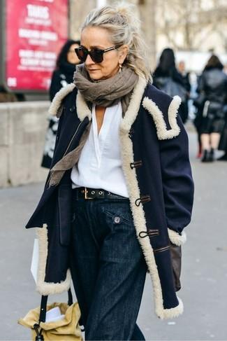 Combinar una correa de cuero negra: Casa un abrigo azul marino con una correa de cuero negra para un look agradable de fin de semana.