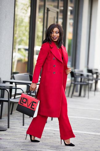 Cómo combinar: zapatos de tacón de ante negros, pantalones anchos rojos, blusa de manga larga roja, abrigo rojo