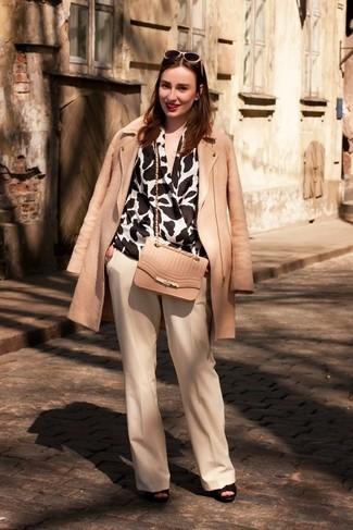 784a4f84f8 Un abrigo de vestir con unos pantalones anchos en beige (6 looks de ...