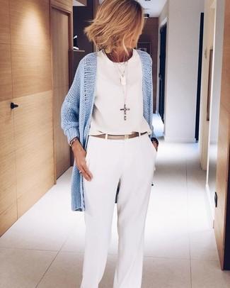 Cómo combinar: correa de cuero dorada, pantalones anchos blancos, blusa sin mangas de gasa blanca, cárdigan abierto celeste