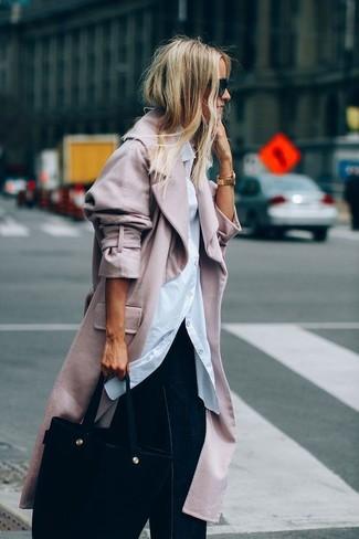 Cómo combinar: bolsa tote de ante negra, pantalones anchos vaqueros azul marino, camisa de vestir blanca, abrigo rosado
