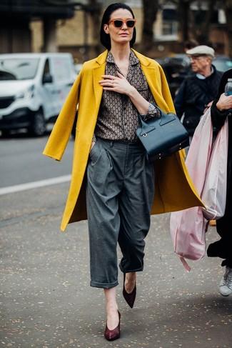 Cómo combinar: zapatos de tacón de cuero burdeos, pantalones anchos grises, camisa de vestir estampada gris, abrigo mostaza