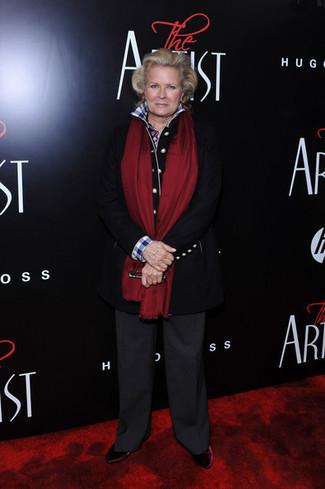Moda para mujeres de 60 años: Elige un abrigo negro y unos pantalones anchos en gris oscuro para crear un estilo informal elegante. Botines de terciopelo burdeos son una opción estupenda para completar este atuendo.