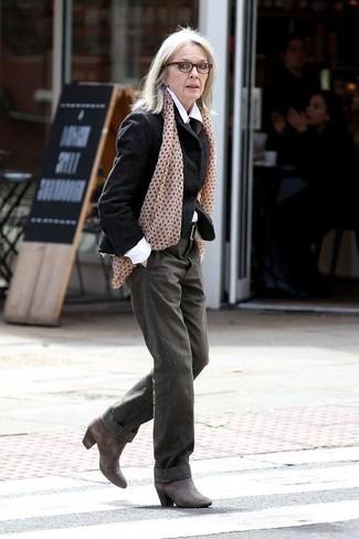 Moda para mujeres de 60 años: Emparejar un blazer de lana negro con unos pantalones anchos verde oliva es una opción perfecta para un día en la oficina. Botines de cuero en gris oscuro son una sencilla forma de complementar tu atuendo.