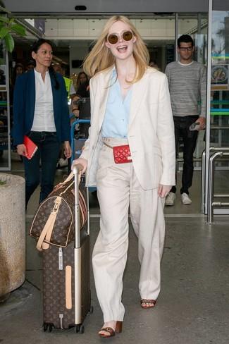 Outfits mujeres: Ponte un blazer de lino en beige y unos pantalones anchos de lino en beige para después del trabajo. Sandalias de tacón de cuero de rayas horizontales en multicolor son una opción buena para completar este atuendo.