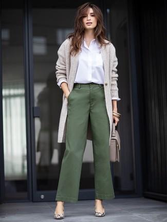 Combinar unos pantalones anchos verde oscuro: Para un atuendo que esté lleno de caracter y personalidad haz de un cárdigan largo gris y unos pantalones anchos verde oscuro tu atuendo. Zapatos de tacón de cuero con print de serpiente grises son una opción excelente para complementar tu atuendo.