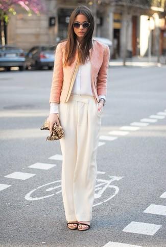 Cómo combinar: sandalias de tacón de cuero negras, pantalones anchos en beige, camisa de vestir de seda blanca, chaqueta de tweed rosada