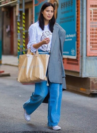 Cómo combinar: tenis de lona blancos, pantalones anchos vaqueros azules, camiseta con cuello circular estampada celeste, blazer gris