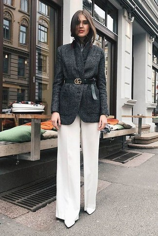 Cómo combinar: botines de cuero blancos, pantalones anchos blancos, camiseta con cuello circular blanca, blazer de lana en gris oscuro