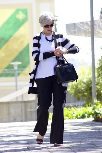 Cómo combinar: sandalias de tacón de cuero negras, pantalones anchos negros, camiseta con cuello circular blanca, cárdigan de rayas horizontales en negro y blanco